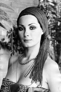 Having A Bad Hair Day? In the event that Your Curls Wont Roll, Or Your Coiffure Wont Hold, Go The Edwige Fenech Look And Grab A Retro Scarf. At that point Gaze At People Seductively. Love Makeup, Makeup Looks, Hair Makeup, Classy Makeup, Classic Beauty, Timeless Beauty, Barbara Carrera, Divas, Italian Actress