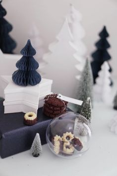 What a great idea - putting small cookies into the clear X'mas tree ornament.  Fräulein Klein