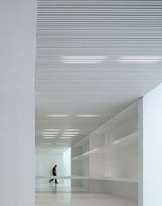 LInear Lighting Peeking From Behind White Slats Laut Und Leise Voll Leer