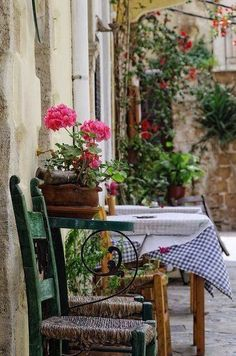 Outdoor cafe' in Italy