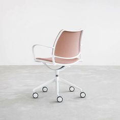 "STUA en Instagram: ""Sit comfortably while working with STUA's Gas swivel chair. #stua #design #chair #jesusgasca #swivel #pink"""