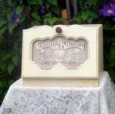 shabby cremeweiß brotkasten country chic - Garden Design And Home Decor Wooden Bread Box, Vintage Bread Boxes, Upcycled Vintage, Etsy Vintage, Repurposed, Grocery Items, Kitchen Signs, White Bread, Shabby Chic Style