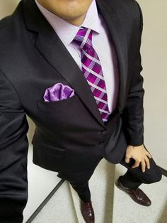 2ef2205c1b Traje negro. Camisa lila. Corbata morada. Pañuelo lila. Botines vino tinto.
