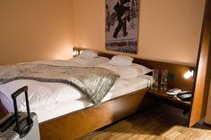 Für unsere Gäste stehen drei Einzel- und 26 Doppelzimmer bereit. Jedes Zimmer bietet gehobenen Komfort und ist ausgestattet mit Echtholzparkett, Fernseher, Minibar, eigenem Bad und einem modernen Bett. Mini Bars, Hotels, Restaurant, Komfort, Bad, Modern, Furniture, Home Decor, Double Room