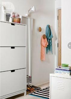 interiores de pisos pequeños Eames Plastic Chair DSW de Vitra diseño nórdico escandinavo decoración pisos pequeños decoración muebles de ike...