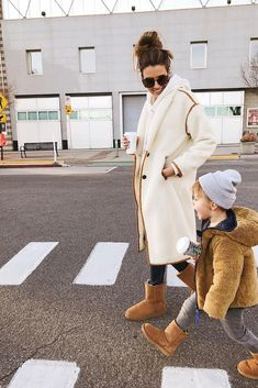 UGG, so comfortable and made for everyone in the family Christine Fashion, Hello Fashion Blog, New York Outfits, Stylish Outfits, Fashion Outfits, Work Outfits, Outfit Invierno, Pamela, Baby Sweaters