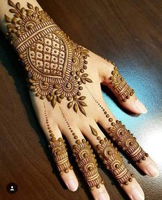 Simple Floral Mehndi Design Mehndi henna designs are always searchable by Pakistani women and girls. Women, girls and also kids apply henna on their hands, feet and also on neck to look more gorgeous and traditional. Dulhan Mehndi Designs, Mehndi Designs For Girls, Mehndi Designs For Beginners, Modern Mehndi Designs, Mehndi Design Photos, Latest Mehndi Designs, Beautiful Henna Designs, Mehndi Images, Mehandi Designs Arabic