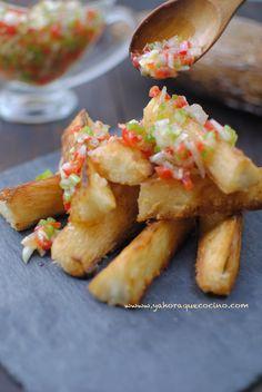 Yuca Frita con Mojito de pimientos, ajo y cebolla. Receta fácil con pocos ingredientes, lista en menos de lo que te imaginas. Además la yuca no tiene gluten
