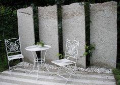 Würde mir mit groben Granitplatten gut gefallen, darf halt nicht nach Grabmal aussehen...
