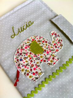 Hilos de Azucar - funda para la cartilla sanitaria infantil. Notebook Covers, Diy And Crafts, Patches, Presents, Baby Shower, Scrapbook, Sewing, Handmade, Couture