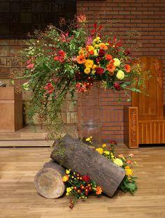 Creative Flower Arrangements, Church Flower Arrangements, Fall Floral Arrangements, Church Flowers, Sunflower Wedding Decorations, Altar Decorations, Harvest Decorations, Unusual Flowers, Fake Flowers