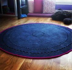 hé hé tapis rond au crochet > family and the city