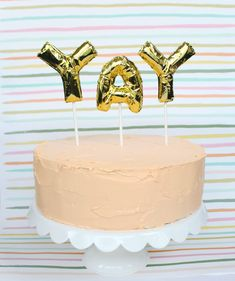 KInd of In love with this cake. - 25 Stylish Adult Birthday Party Ideas - Instead of boring candles in your birthday cake, use mini number or letter balloons on sticks. Cake Toppers, Diy Cake Topper, Mylar Letter Balloons, Mini Balloons, Foil Balloons, Bolo Cake, Do It Yourself Inspiration, Balloon Cake, Balloon Dog