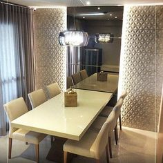 Sala de jantar super charmosa e aconchegante, projetada com tons neutros. Destaque para o revestimento de parede, pendente com cristais e espelho bronze com iluminação indireta. Produto Cerâmica Portinari, Coleção Freedon HD. Projeto Debora Brayner. Sala de jantar, relevo, produto 3D, living room, mesa de jantar, sala.