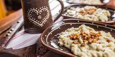 Bryndzové halušky Slovakian Food, Czech Recipes, Bacon, Pudding, Traditional, Desserts, Decoration, Tailgate Desserts, Decor