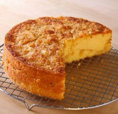 Pineapple and coconut crunch cake Mexican Food Recipes, Sweet Recipes, Italian Recipes, Dessert Recipes, Gluten Free Desserts, Just Desserts, Tortas Light, Crunch Cake, Spanish Dishes