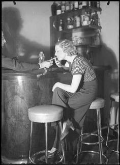 Roger Parry- Femme fumant au comptoir, vers 1930