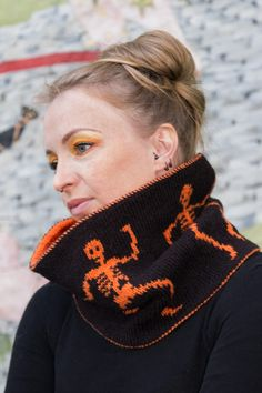 Skranglemann: double knitted (reversible) cowl with dancing skeletons! Oh, the Halloween perfection!