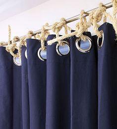 super idée pour une chambre thématique marine. Un bout de corde dans chaque oeillet et le tour est joué!