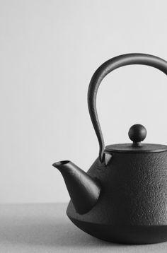 Object Lessons: The Great Japanese Cast-Iron Kettle - Remodelista Nagoya, Cast Iron Kettle, Teapots And Cups, Clay Teapots, Tea Tray, Object Lessons, Japanese Ceramics, Japanese Design, Japanese Style