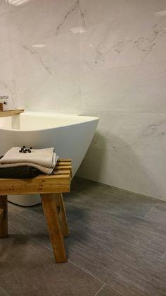 prachtige tegels met houtprint... natuurlijke look in combinatie met teak en Carrara marmer look Gezien bij Astra Sanitair in Woerden