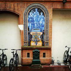 """Cour 27 rue Alsace-Lorraine mosaïque """"Architectura"""" & fontaine"""