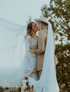 We love these bride's unique bohemian-inspired style | Image by Elle Kendall Photography