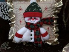 cojines navidenos | Aprender manualidades es facilisimo. Christmas Stockings, Christmas Wreaths, Projects To Try, Lily, Holiday Decor, Holiday Ideas, Pillows, Wallpaper, Crochet