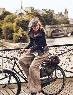 "bikesandgirlsandmacsandstuff: "" (via Paris Cycle Chic: Le Pont des Arts) "" Cycle Chic, Velo Retro, Tweed Ride, Urban Bike, Urban Cycling, Women's Cycling, Cycling Jerseys, Retro Stil, Provocateur"