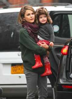 Keri Russell and Shane Deary share school duties for Willa and River Keri Russell Husband, Keri Russell Style, Keri Russell Hair, Celebrity Moms, Celebrity Style, Mode Style, Girl Crushes, Casual Outfits, Casual Wear