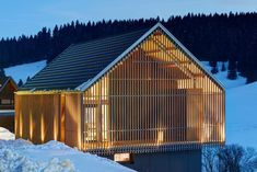 Die Fotovoltaikelemente an der Fassade des Schwarzwaldhauses bilden gleichzeitig… The photovoltaic elements on the facade of the Black Forest house also form the roof skin. Timber Architecture, Concept Architecture, Residential Architecture, Black Forest House, Chalet Style, Farmhouse Remodel, Modern Farmhouse, Family Houses, Andorra
