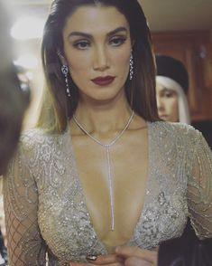 Delta Goodrem love you girl kiss Salma Hayek Hair, Boho Fashion, Fashion Dresses, Foto Pose, Female Singers, Celebs, Celebrities, Hollywood Actresses, Asian Beauty