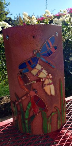Mosaic dragonflies on a terra-cotta clay roof tile. Mosaic dragonflies on a terra-cotta clay roof tile…nice! Mosaic Garden Art, Mosaic Flower Pots, Mosaic Art, Mosaic Glass, Glass Art, Mosaics, Mosaic Rocks, Stained Glass, Tile Crafts