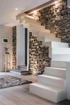 Moderne #witte #trap met #moderne uitstraling in een #landelijk #interieur met veel #bruin en #hout. Opvallend is de mooie #muur van #stenen. #stairs #white #modern #rustic #wall #stones