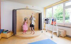 Theater / spel / podium / thema / expressie / creative vorming / verkleden Playroom Stage, Indoor Playroom, Die Wilde 13, Kids Bedroom Paint, Preschool Decor, Kindergarten Design, Activity Room, School Furniture, Kids Play Area
