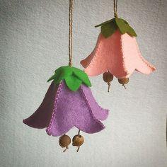 Sewing Fabric Flowers So sehen die fertigen Glockenblumen aus. Felt Crafts Patterns, Felt Crafts Diy, Felt Diy, Easter Crafts, Handmade Christmas Gifts, Felt Christmas, Christmas Crafts, Felt Embroidery, Felt Applique