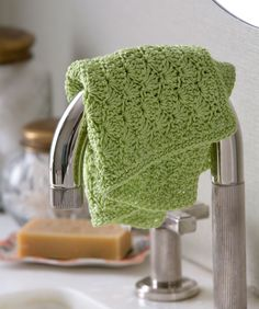 Shell Stitch Washcloth - free Redheart crochet pattern by Bobbie Anderson Crochet Kitchen, Crochet Home, Knit Or Crochet, Crochet Crafts, Washcloth Crochet, Knitted Dishcloths, Patron Crochet, Simple Crochet, Crochet Ornaments