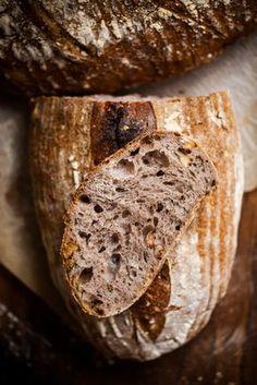 Moja domowa piekarnia działa ostatnio bardzo intensywnie. Co dwa – trzy dni zpiekarnika wyciągam nowe bochenki. Część znika zanim jeszcze ostygnie, pozostałe chętnie rozdaję lub mrożę. Tylko poto, aby móc zrobić następne. Zinnymi mąkami, znowymi dodatkami. Kiedy piszę to, wlodówce wyrasta mi chleb zdodatkiem sezamu. Robiłam też chleb zesmażoną szałwią iprażonymi orzechami włoskimi, zmąką razową …