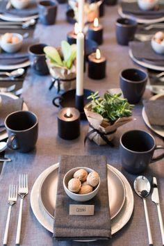 Tischdeko rustikal in schwarz und gold. Tolle Deko Ideen für den gedeckten Tisch hier mit Sukkulenten.