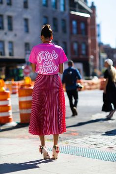 More of the Best Street-Style Looks From New York Fashion Week - I Arted Shirt - Ideas of I Arted Shirt - Giovanna Engelbert Look Street Style, Nyfw Street Style, Street Style Trends, Cool Street Fashion, Street Chic, Street Styles, Pink Street, Paris Street, Fashion Mode