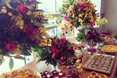 Mesa de doces amarelo e fuscia!!! Mais um projeto lindíssimo de @fabianamourapp #bolo #doces #mesadedoces #casamento #cores #bolocarolmelo #carolmelo #carolmelodoces