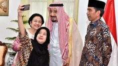 Menteri PMK Puan Maharani (dua kiri) bersama Presiden RI kelima Megawati Soekarnoputri (kiri) berfoto bersama Raja Salman bin Abdulaziz Al Saud (dua kanan), didampingi Presiden Joko Widodo, di sela kunjungan Raja Arab Saudi tersebut di Istana Negara, Jakarta, Kamis (2/3/2017).