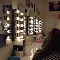 Queste le postazioni di lavoro per le allieve del Make Up Institute