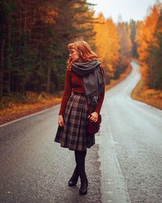Incredible and inspiring poses, beautiful color and nice compositions Looks Vintage, Modest Fashion, Fashion Outfits, Womens Fashion, Fashion Skirts, Vintage Outfits, Vintage Fashion, Autumn Aesthetic, Moda Vintage