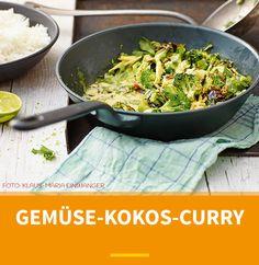 GEMÜSE-KOKOS-CURRY - Unser leichtes, vegetarisches Curry mag′s grün. Die Farbgeber: Spitzkohl, Mangold und Brokkoli - die grünen Gemüsehelden des Sommers.