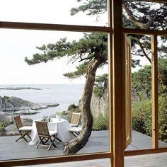 Stemningsfullt interiør speiler seg mot skjær og stille sjø.and the view, the view, the view