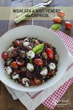 #insalata di #riso venere alla caprese con #pomodorini e #mozzarella #ricetta primo #piatto vegetariano facile e #veloce per il #pranzo o #cena in #estate Vegetarian Recipes, Healthy Recipes, Quinoa Rice, Kefir, Summer Recipes, Italian Recipes, Risotto, Salad Recipes, Meal Planning