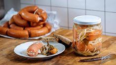 Naložit si doma utopence není žádná věda, ovšem nutně potřebujete dvě základní věci – kvalitní buřty a poctivě kyselý lák. Sausage, Stuffed Mushrooms, Meat, Vegetables, Food, Stuff Mushrooms, Vegetable Recipes, Eten, Veggie Food