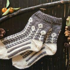 マーガレットのツートン靴下【白磁】 Knit Socks, Knitting Socks, Sweater Weather, Fingerless Gloves, Arm Warmers, Mittens, Needlework, Knit Crochet, Slippers