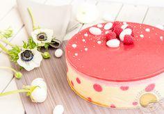 Framboisier. Biscuit joconde décoré de pois roses, framboises fraîches, mousse framboise et gelée de framboises.